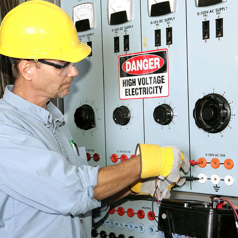 Worker plugging in the calibration machine